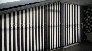 Снимка на бяло/черна вертикални текстилни щори К01 89 мм с наклонена греда